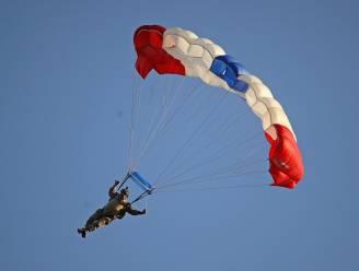 """Britse parachutist overleeft spectaculaire val vanaf 4 kilometer hoogte: """"Dwars door het dak van een huis neergestort"""""""