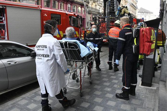 De slachtoffers worden één voor één naar het ziekenhuis gebracht.