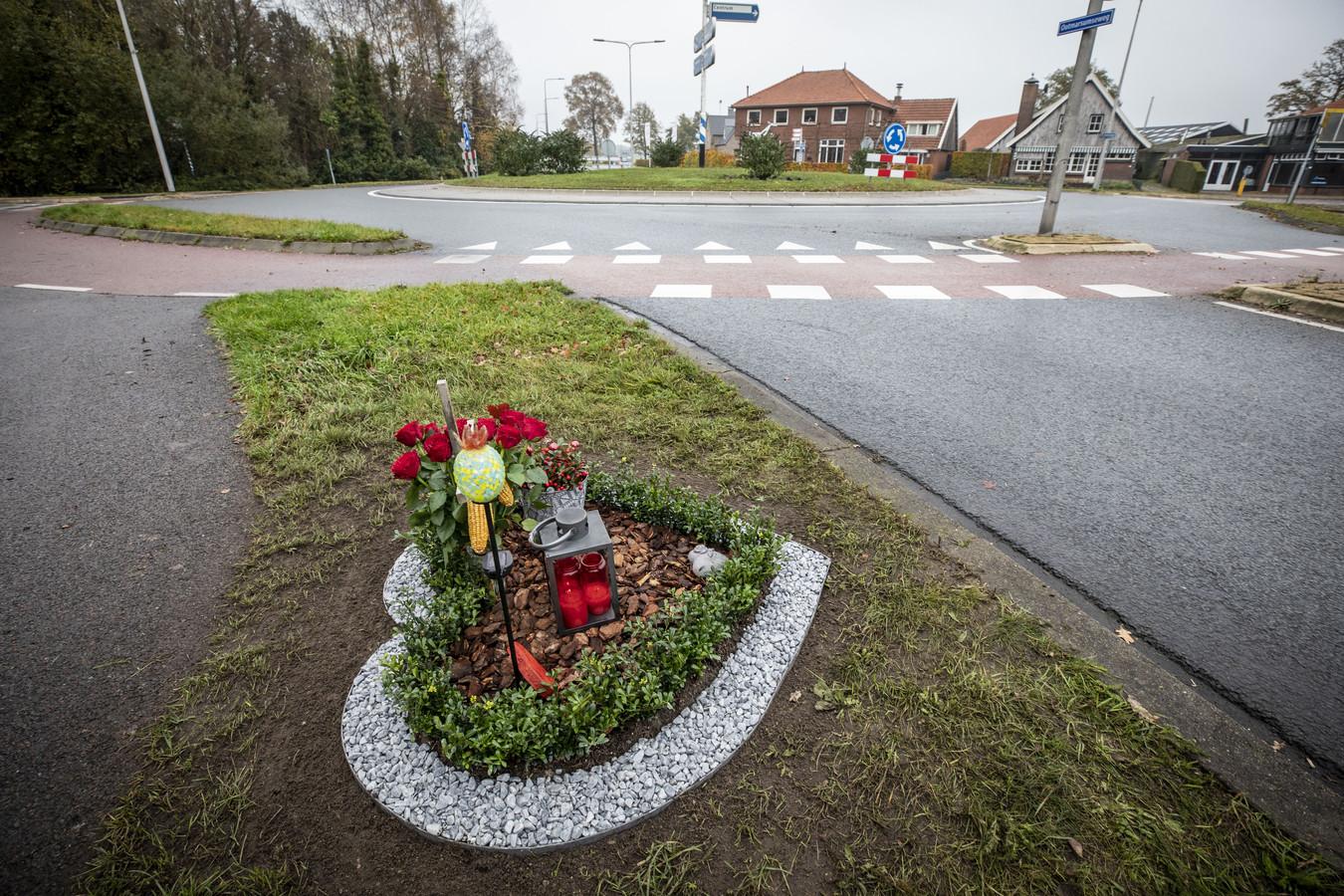 Het bermmonument bij de rotonde in Reutum waar Bart Bloemendaal om het leven is gekomen.