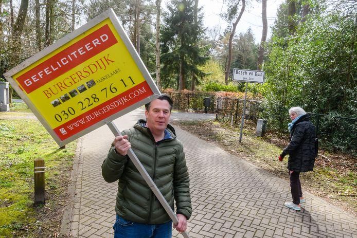 In Bosch en Duin staan het meeste Villa's van boven het Miljoen. Makelaar Maurice vd Lugt van Burgersdijk bij het bordje Bosch en Duin mag ze graag verkopen.