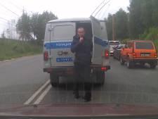 Un détenu s'échappe en toute discrétion d'un fourgon de police