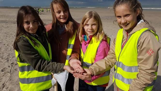 Schoolkinderen vinden trouwring in zand en maken restaurantuitbater dolgelukkig
