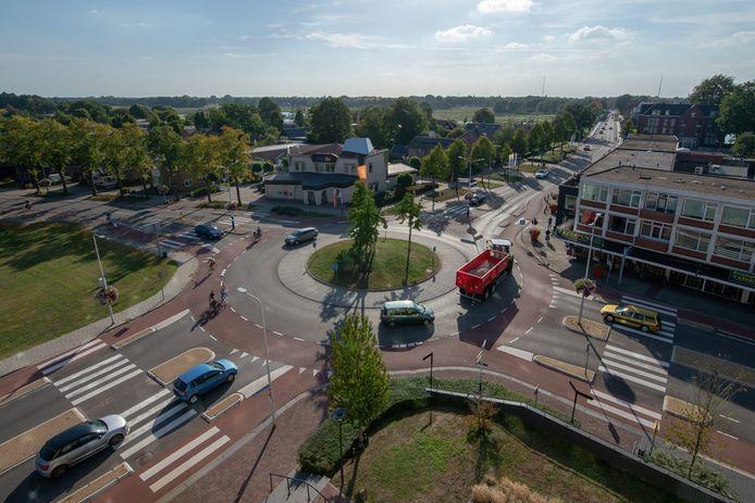 Zwaar landbouwverkeer op de rotonde van de Bruchterweg (linksboven) met de Europaweg (rechtsboven), in 2018 gefotografeerd vanuit het gemeentehuis in Hardenberg.
