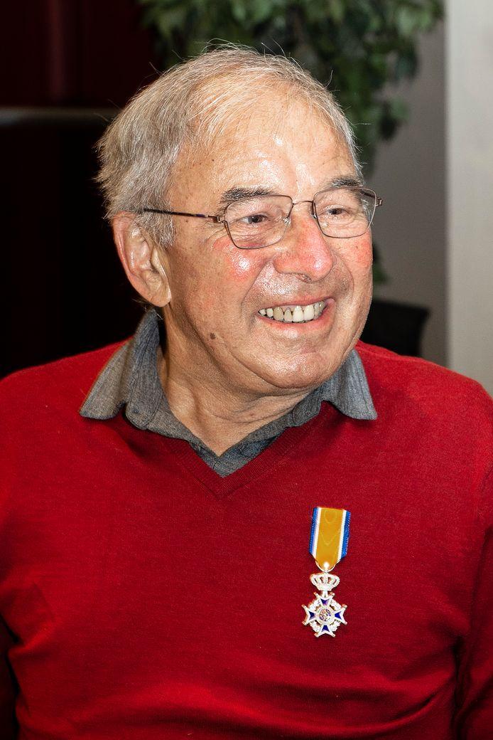 Lintje voor Johan Mulders voor onder meer zijn aandeel in de restauratie van de karkooi bij De Pekhoeve. Zijn vrouw Margriet speldde de onderscheiding op.