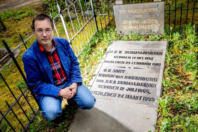 Frederik Erens bij het door hem opgekalefaterde graf van Benno Schmalhausen. Deze 'onontdekte grootheid' ligt begraven op de begraafplaats aan de Soerenseweg.