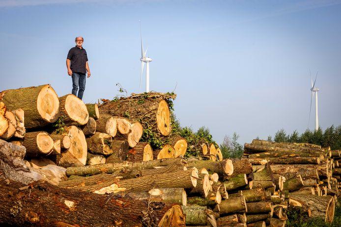 Ap Obdam (68) begon zo'n veertig jaar terug in Stegeren zijn bosbouwbedrijf. Een paar jaar terug werden er tien windmolens gebouwd die het verdere uitzicht verpesten. De afhandeling van een schadevergoeding laat op zich wachten.