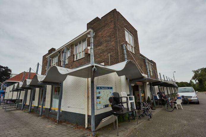 Het verouderde en verpauperde pand waar de vroeger Super de Boer in zat. Het gebouw gaat waarschijnlijk volgend jaar tegen de vlakte en maakt plaats voor 12 nieuwe sociale huurwoningen.
