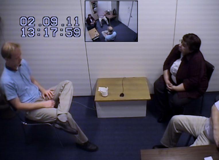 De verdwijning van Britta Cloetens - Documentary series (BEL-2020) - Caption: Videoverhoor verdachte Tijl Teckmans door Hedwig Van der Velden, speurder federale politie Beeld VRT