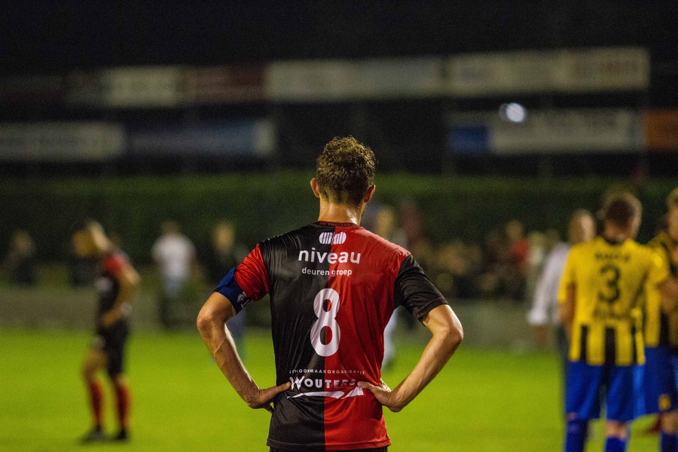 Robin Janssen (rugnummer 8) van De Treffers treurt na de uitschakeling door DVS'33 in het nationale bekertoernooi.