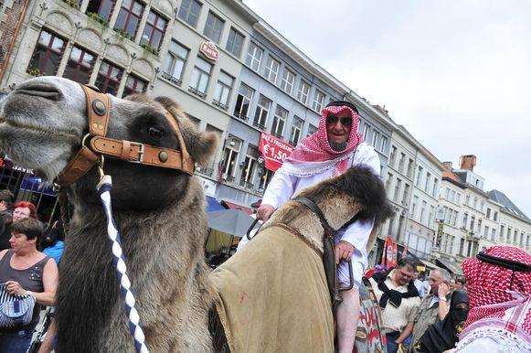 Eli De Rijck kwam op een kameel het plein opgereden.