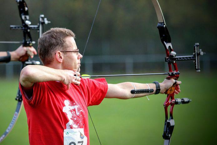 Mark van Tiel in actie tijdens het handboogschieten.