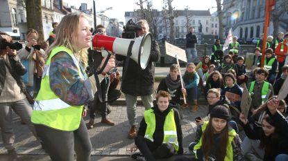 """VIDEO. Volksmenner Hanne (18) neemt 3.000 klimaatbetogers op sleeptouw door Gent: """"Nog tijd genoeg om Greta Thunberg te ontmoeten"""""""