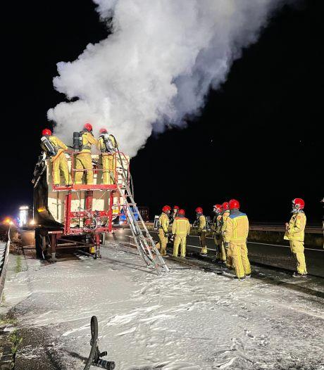 Chauffeur ontdekt brand in lading op tijd en zet vrachtwagen aan de kant op A67 bij Asten