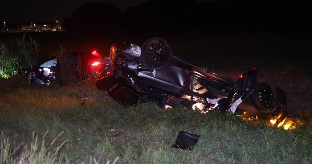 Twee autos crashen in sloot na botsing op A50 bij Veghel: Flinke ravage.
