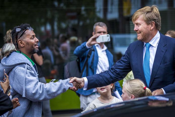 Koning Willem-Alexander ontmoet buurtbewoners tijdens een werkbezoek aan Blauwe Zorg.
