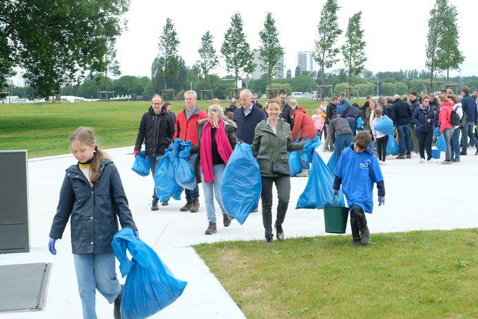 Aan het Droogdokkenpark in Antwerpen heeft zaterdag een honderdtal vrijwilligers afval opgeruimd langs de Schelde.