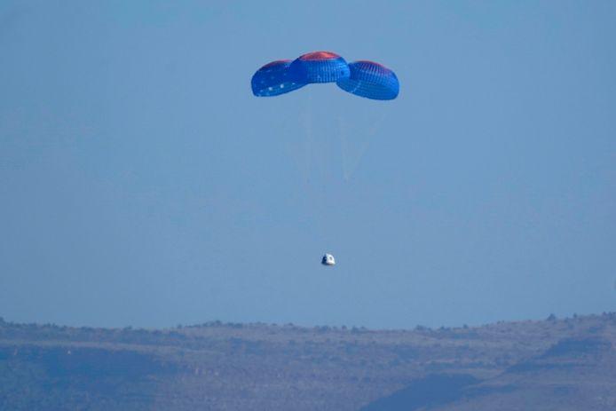 De capsule met onder anderen William Shatner landt weer op de aarde.