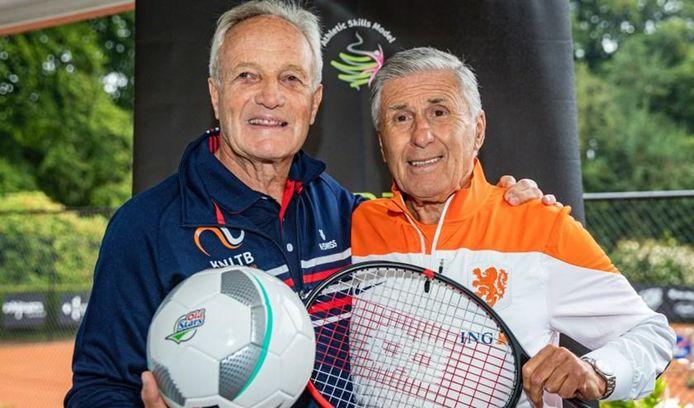 Voormalig toptennisser Tom Okker (links) met voormalig topvoetballer Sjaak Swart.