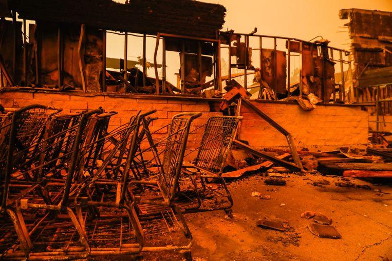 Uitgebrande winkelkarretjes in Paradise. Beeld Photo News