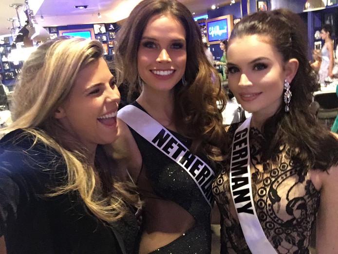 Nicky Opheij met Miss Germany Sophia Koch en Kim Kötter van de Miss Nederland-organisatie.