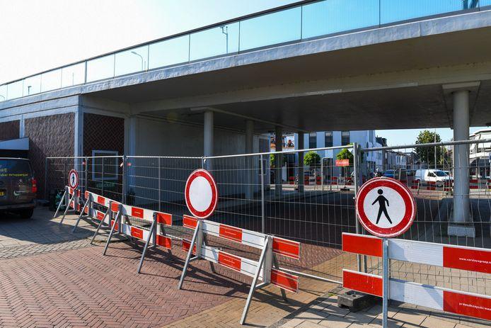 De onderdoorgang onder de Julianabrug in Alphen is afgesloten. Volgens de gemeente is er geen acuut instortingsgevaar.