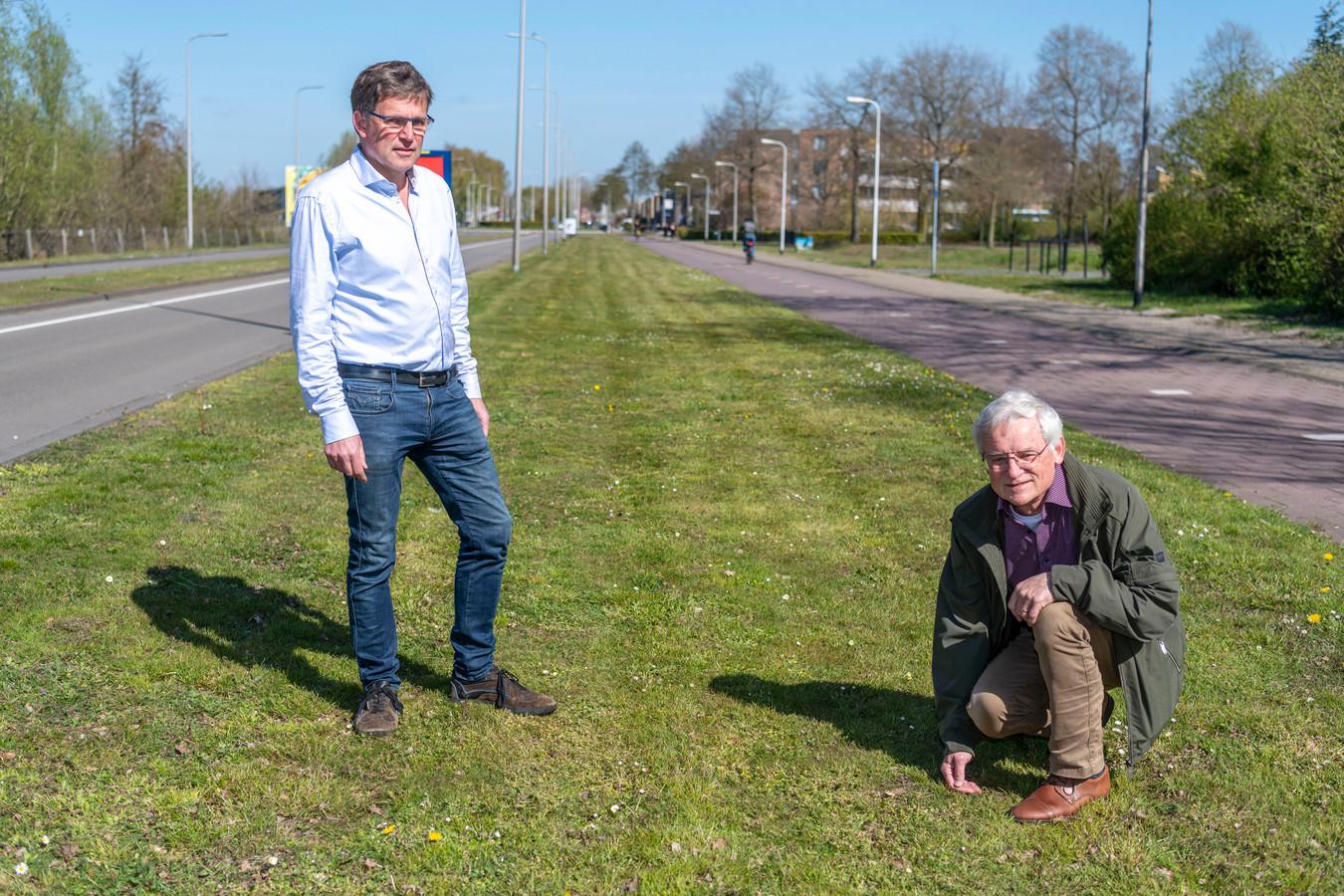 Jacko Obels (links) en Jan de Beer pleiten voor meer ecologisch groenbeheer. Dus niet zo kort maaien als bijvoorbeeld op de Dongewijkdreef gebeurt.