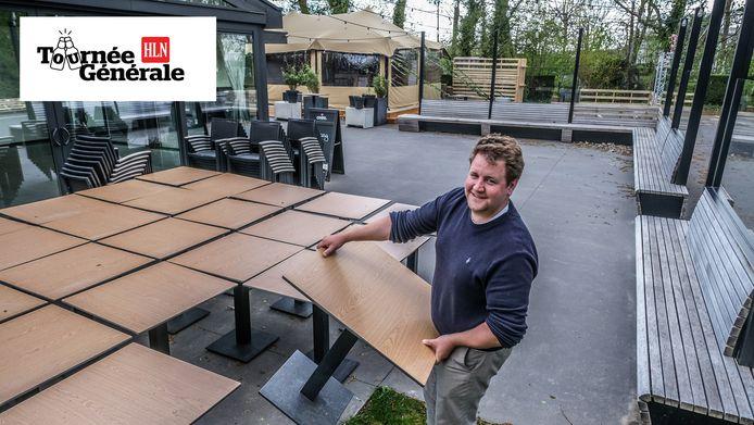 Thijs Clinckemaillie van Hula zet de tafels en stoelen al klaar