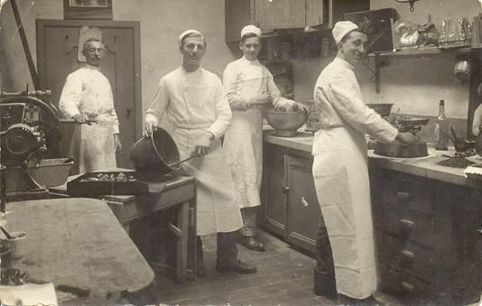 Eerste foto uit bakkerij met links Bernard Buijs en rechts zoon Jacques Buijs (1915).