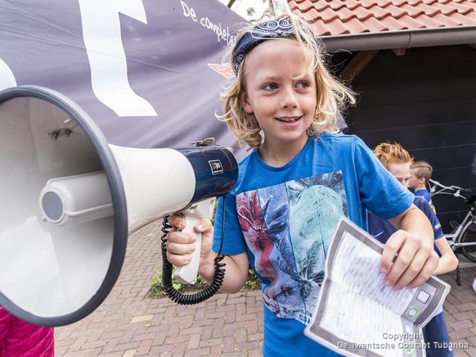 Okke met een megafoon bij zijn eigen hardloopwedstrijd voor het goede doel