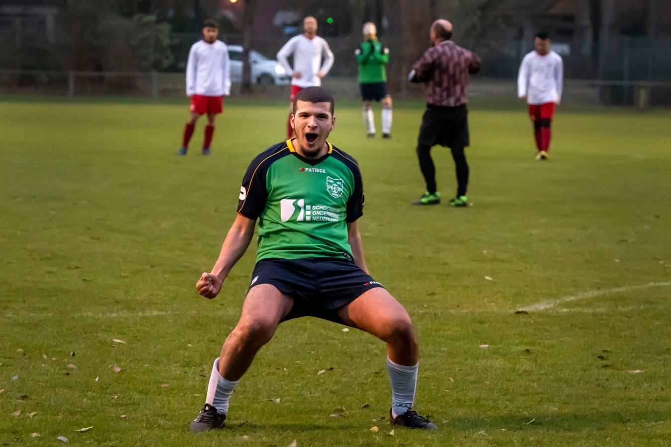 Ali Bouhajtaoui (groen shirt) had zondagmiddag genoeg reden tot juichen. Zijn PCP pakte de titel in de zondag vijfde klasse B.