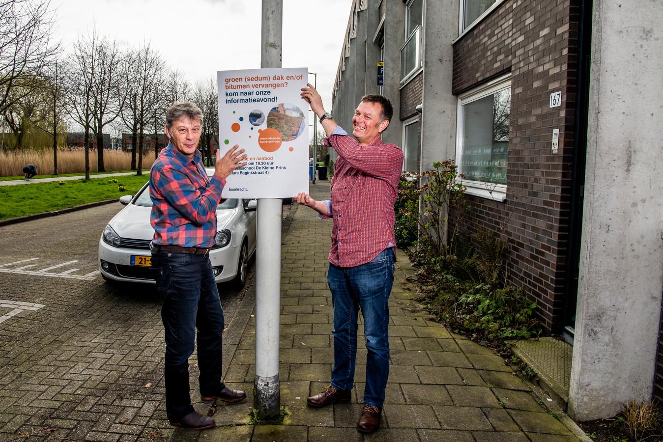 Floris Baggerman (links) in actie om de wijk Prinsenland duurzamer te maken.