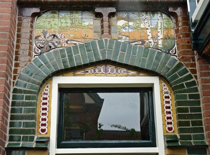 Tegeltableau in de gevel van een woning aan de Kattenburg in Druten, gemaakt bij Dericks & Geldens.