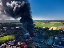 Verkoolde stukken kunststof in weilanden Oldebroek na grote brand Rhodos Wellness