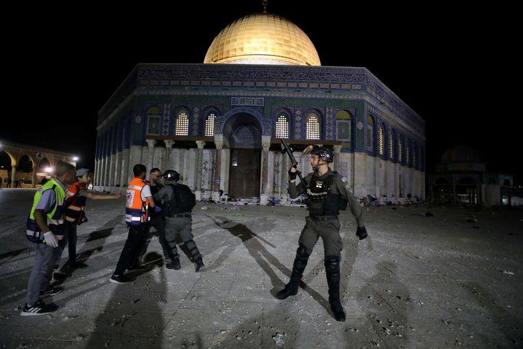 Polizia di occupazione nella Cupola della roccia a Gerusalemme est.  Foto di Reuters