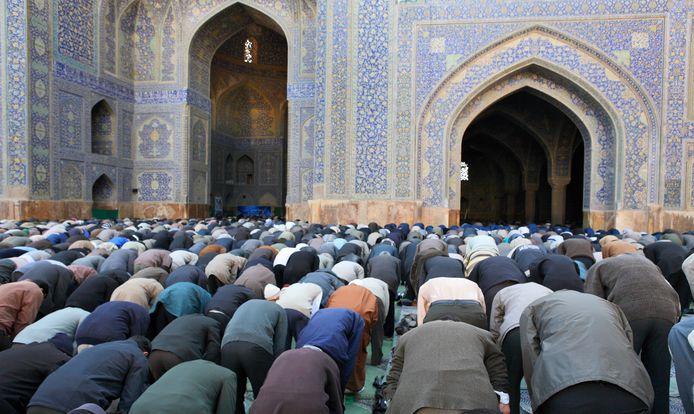 Moslims bidden normaal vijf keer per dag in de richting van Mekka.