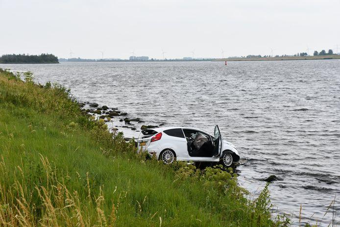 Bij de Oesterdam tussen Rilland en Tholen is een auto te water geraakt.