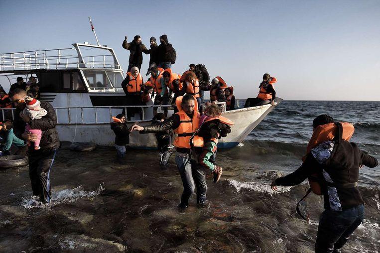Vluchtelingen en migranten komen aan op het Griekse eiland Lesbos nadat ze de Egeïsche zee vanuit Turkije hebben overgestoken op 6 november. Beeld afp