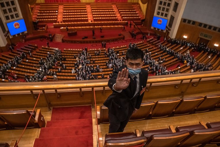 De beveiliging op het Nationaal Volkscongres, de grote jaarvergadering van Chinese wetgevers, gebaart de fotograaf om zijn werk te staken. Beeld EPA