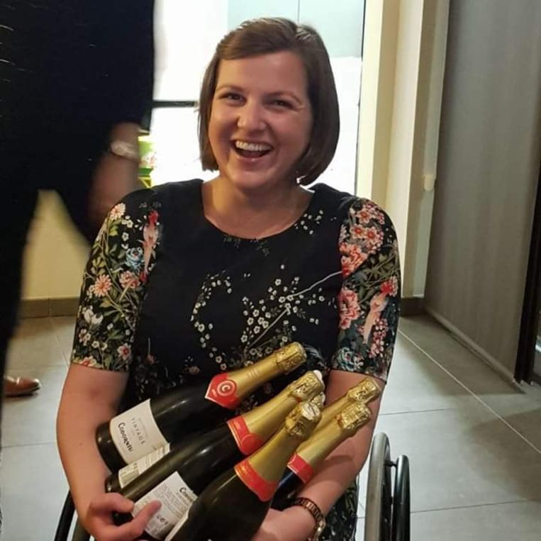 Sofie Roets zit in een rolstoel, maar is niet vies van een feestje.