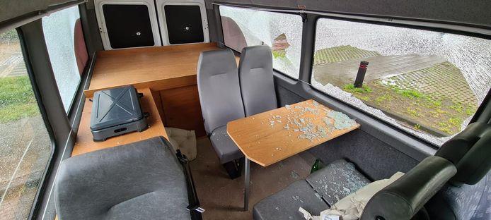De bus van Saam Welzijn in Dalfsen is vernield. Zo'n beetje alle ruiten zijn ingeslagen. Ook is geprobeerd brand te stichten.