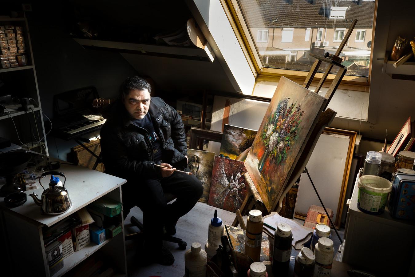 De Syrische kunstenaar Nidal Abdulhadi vluchtte naar Nederland en woont nu met zijn vrouw en vier kinderen in Helmond.