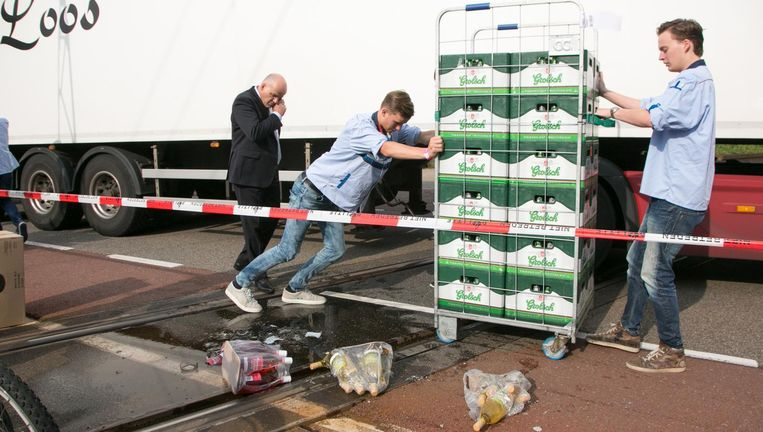 Kratten Grolsch worden gelost van een gestrande vrachtwagen. Als de fusie tussen AB InBev en SABMiller doorgaat, wordt Grolsch overgenomen door een Japanse brouwer omwille van de concurrentie. Beeld Hollandse Hoogte