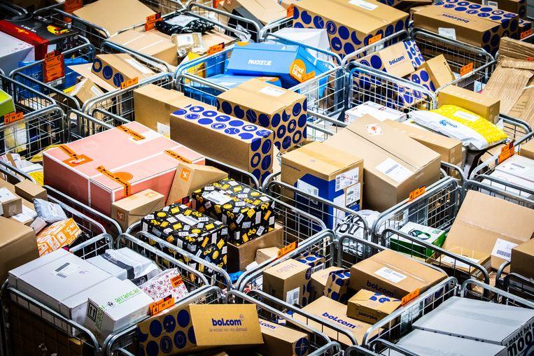 Post NL sorteercentrum Dordrecht heeft het druk rond de feestdagen. PostNL maakt drukke tijden mee rond de feestdagen. Beeld Jeffrey Groeneweg/Qphoto