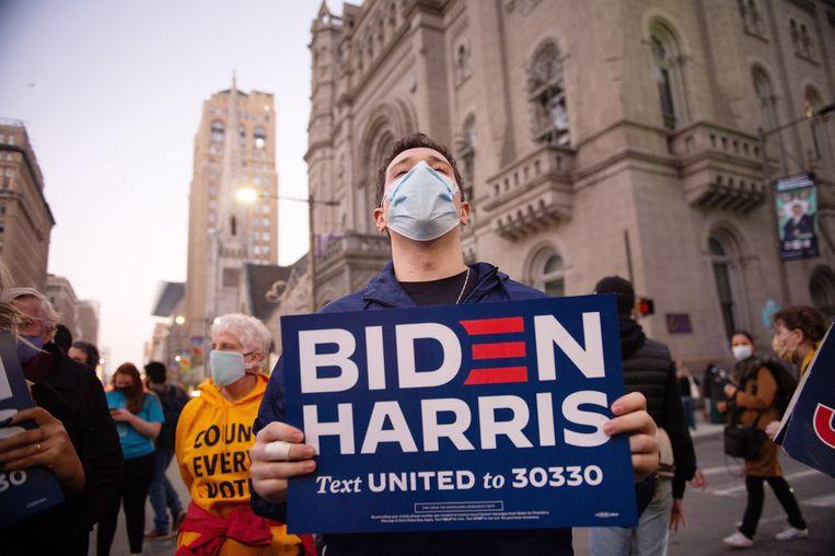 Demonstranten bij het stadhuis in Philadelphia, Pennsylvania, waar de poststemmen nog geteld worden. De uitslag kan tot morgen op zich laten wachten. Beeld Tracie van Auken/EPA