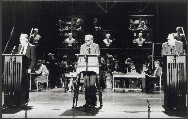 Het Boekenbal van 1984, in Carré, met vlnr Jan Blokker, Karel van het Reve en Hugo Brandt Corstius. Beeld Nationaal Archief