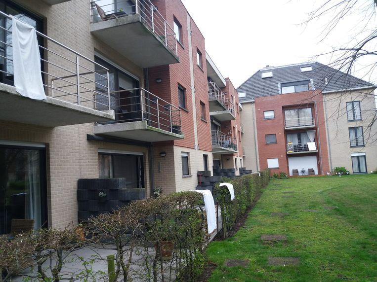 Aan de appartementen tussen de Grote Baan en de Sint-Elisabethstraat in Melsele hingen er ook verschillende witte lakens uit.