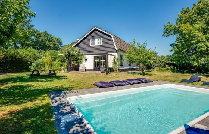 Deze woonboerderij met zwembad aan de Culemborgseweg in Buren staat te koop. Foto: Funda