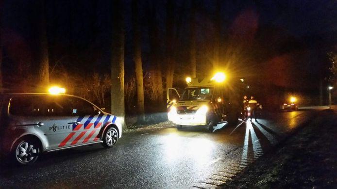 De fietser wordt behandeld in de ambulance. Foto: Niels Jansen
