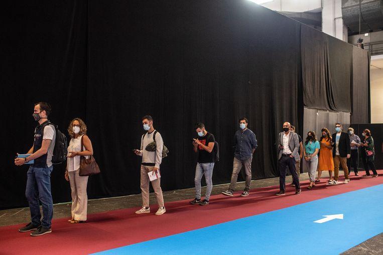 Werkzoekenden op een banenbeurs. 41 procent van de Spaanse jongeren heeft geen baan. Beeld Getty Images