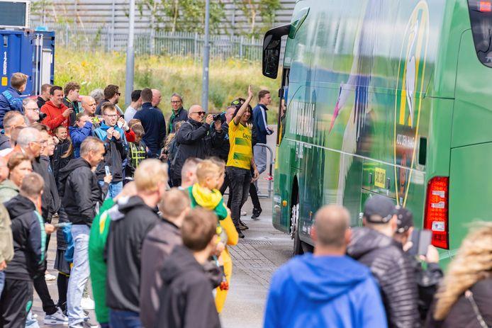De aankomst van de nieuwe spelersbus.